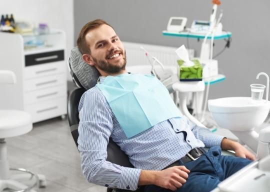Pan nafotelu stomatologicznym