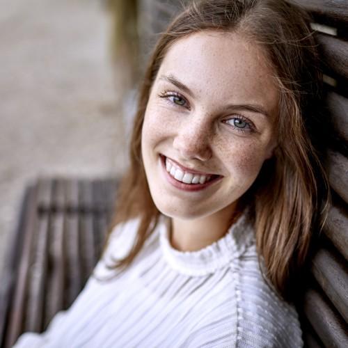 uśmiechnięta pacjentka białe zęby